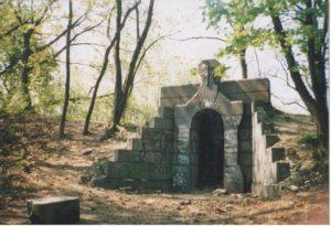 Розбиті гробниці наших прадідів із Замкової гори КИЄВА взивають до неба про переміну життя нашого !